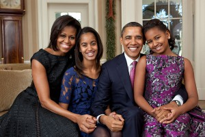 Offizielles Foto der Familie Obama (2011); Foto Pete Souza[Public domain], via Wikimedia Commons