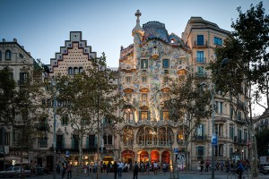 Casa Battló, Passeig de Gràcia, Barcelona, Spanien, Ansicht von der gegenüberliegenden Straßenseite, By ChristianSchd (Own work) [CC BY-SA 3.0], via Wikimedia Commons