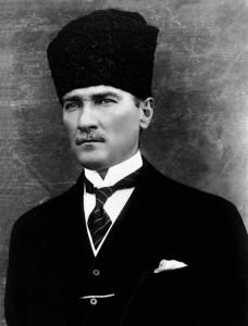 Mustafa Kemal am 29. Oktober 1923, dem Tag der Ausrufung der Republik Türkei, See page for author [Public domain], via Wikimedia Commons