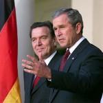 Gerhard Schröder zusammen mit Bush im Weißen Haus (2001), By White House photo by Paul Morse [Public domain], via Wikimedia Commons