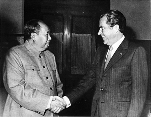 Richard Nixon und Mao Zedong 1972 in Peking. By White House Photo Office (1969 – 1974) [Public domain], via Wikimedia Commons