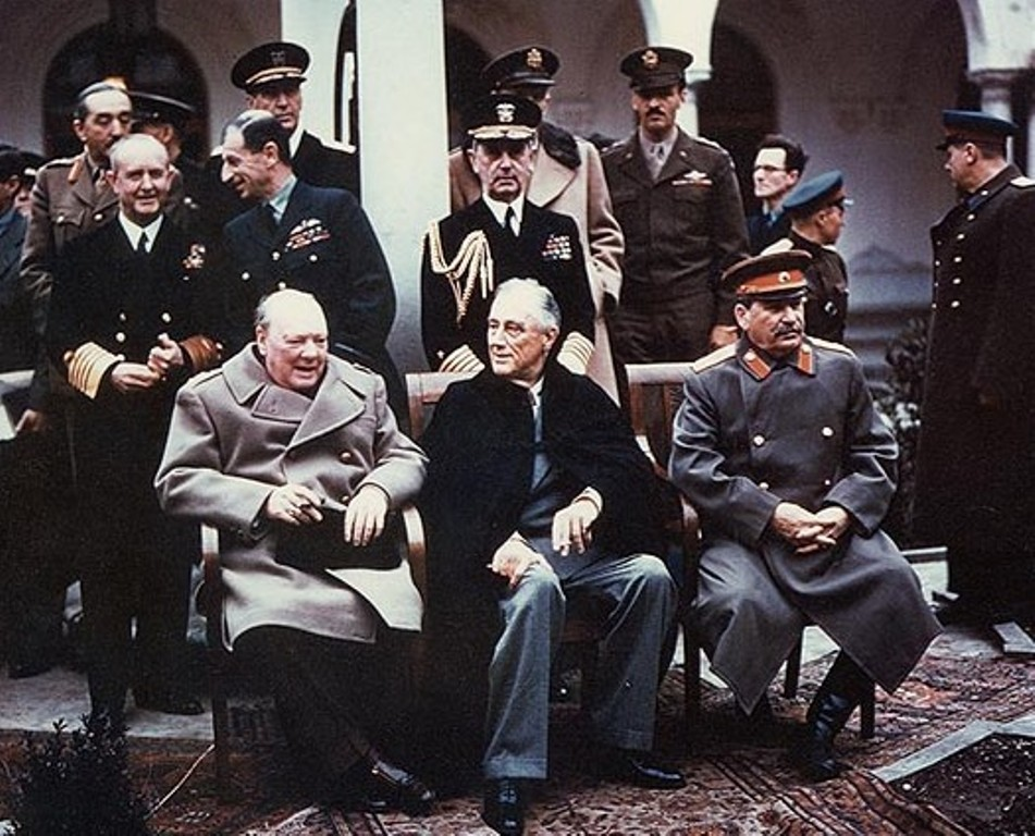 Februar 1945, Konferenz von Jalta: Winston Churchill, Franklin Roosevelt und Joseph Stalin. See page for author [Public domain], via Wikimedia Commons