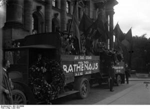 Rathenau-Gedächtnisfeier im Reichstag. Republikanische Jugend fährt an das Grab Rathenaus Juni 1923. Bundesarchiv, Bild 102-00099 / CC-BY-SA 3.0 [CC BY-SA 3.0 de], via Wikimedia Commons