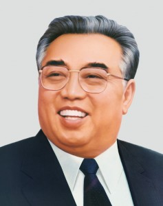 Propaganda Poster von Kim Il-sung. By unknownPhotograph: Gilad Rom (Kim_Il_Song_Portrait.jpg) [CC BY 2.5, CC-BY-SA-3.0 or GFDL], via Wikimedia Commons