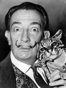 Salvador Dalí im Jahr 1965, Foto von Roger Higgins. By Roger Higgins, World Telegram staff photographer [Public domain], via Wikimedia Commons