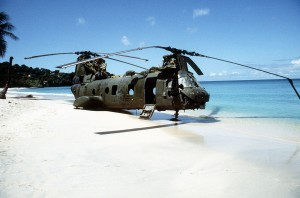 US-Invasion in Grenada: Ein abgeschosser US-Marine-Corps Hubschrauber (Transport-Geschwader), am 25. Oktober 1983 während der Operation Urgent Fury auf Grenada. von SPEC. Long (source) [Public domain], via Wikimedia Commons