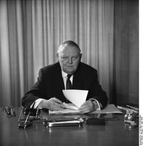 Als Wirtschaftsminister, 25. April 1963, Bundesarchiv, B 145 Bild-F015320-0001 / Patzek, Renate / CC-BY-SA 3.0 [CC BY-SA 3.0 de], via Wikimedia Commons