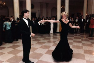 Diana mit John Travolta im East Room des Weißen Hauses in Washington, D.C., 9. November 1985, By United States Federal Government [Public domain], via Wikimedia Commons