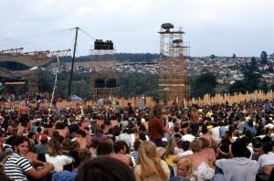 Woodstock, Joe Cocker tritt vor riesigen Licht- und Sound-Türmen auf. Woodstock Whisperer [CC BY-SA 4.0], from Wikimedia Commons