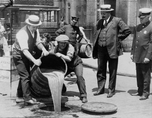 Alkoholvernichtung während der Prohibition - See page for author [Public domain]